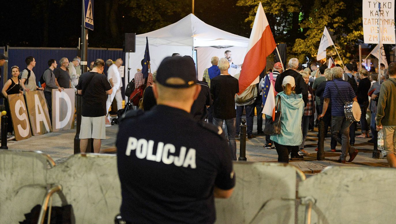 Manifestacja przeciwników reformy sądownictwa, 19 bm. przed Sejmem w Warszawie (fot. PAP/Jakub Kamiński)