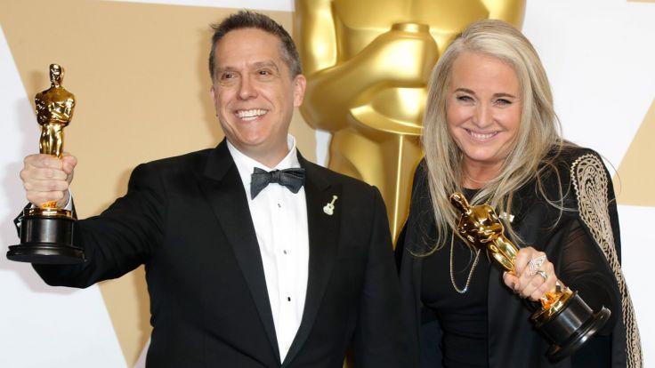 "Lee Unkrich i Darla K. Anderson, twórcy nagrodzonego Oskarem filmu animowanego ""Coco"" (fot. PAP/EPA/PAUL BUCK)"