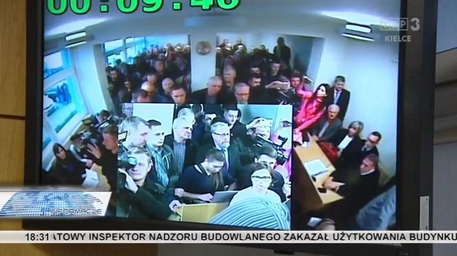 Na deczyję sądu czekał tłum pracowników MPK i dziennikarzy