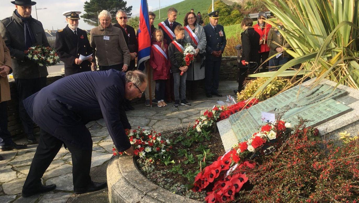 Polish Ambassador to the UK, Arkady Rzegocki, lays wreath at a plaque dedicated to the Polish Navy that fought alongside the Allies during World War II. Photo: Twitter/ Polish Embassy UK