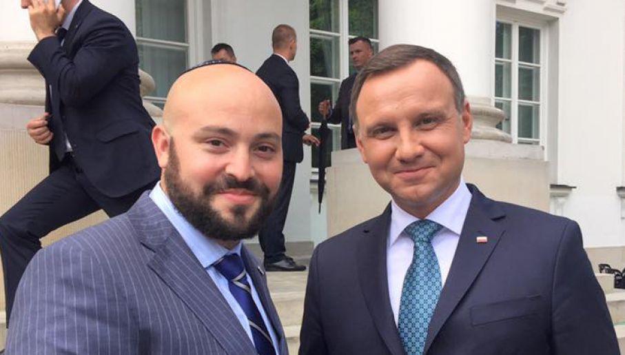 Jonny Daniels chętnie fotografuje się z politykami każdej opcji. Tym razem strzelił sobie fotkę z Andrzejem Dudą / Fot. TVP Info