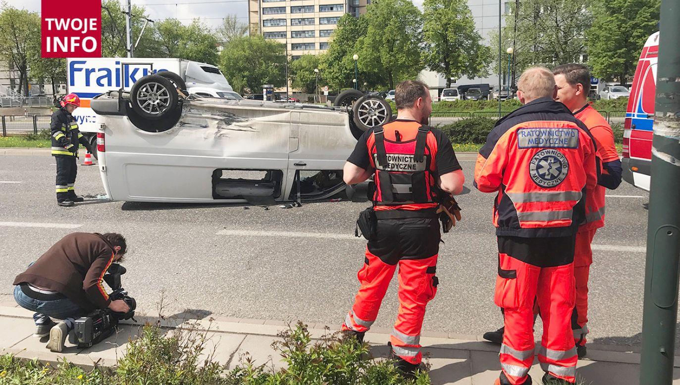 Kierujący volkswagenem został ranny, ale jego życiu nie zagraża niebezpieczeństwo (fot. Twoje info/Fot Piotr Czarny)