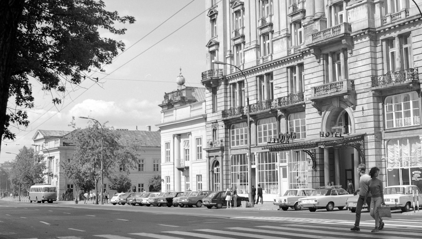 Fasada hotelu Bristol od strony ul. Krakowskie Przedmieście w 1971 roku. W tle Pałac Namiestnikowski (obecnie Pałac Prezydencki). Fot. NAC/Archiwum Grażyny Rutowskiej, sygn. 40-W-79-1