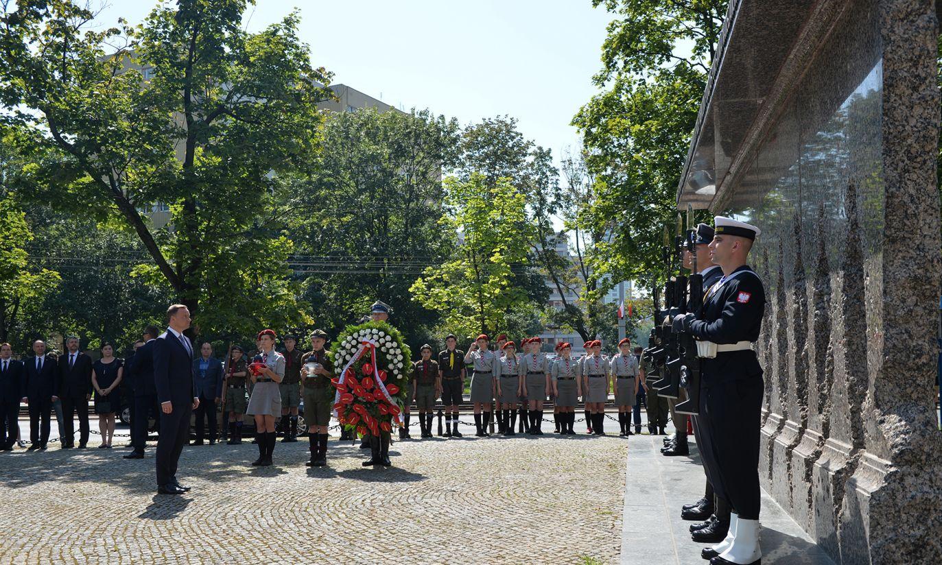 Złożenie wieńców przed Pomnikiem Ofiar Rzezi Woli (fot. PAP/Jacek Turczyk)