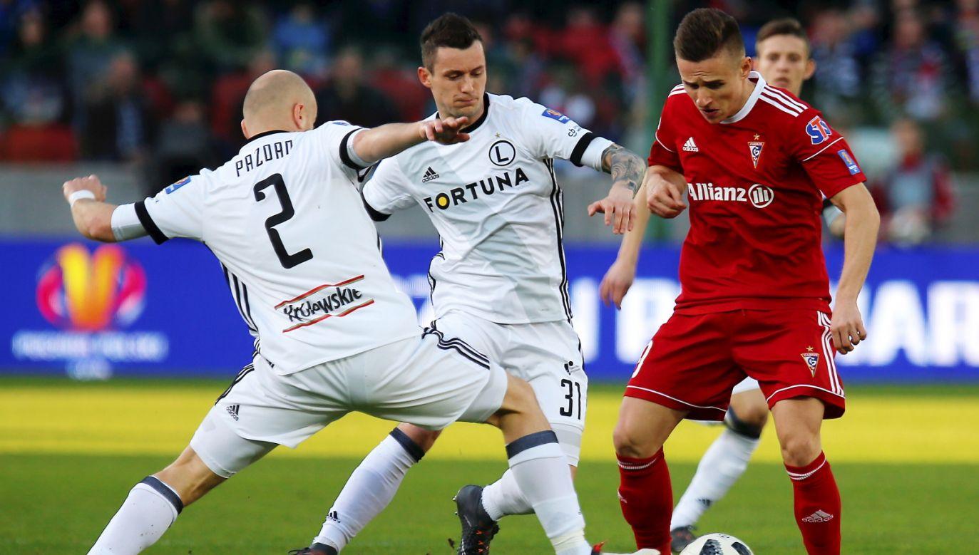 Legia's Michał Pazdan (left) and Krzysztof Mączyński (center) trying to steal the ball from Górnik's Damian Kądzior (right). Photo: PAP/Andrzej Grygiel