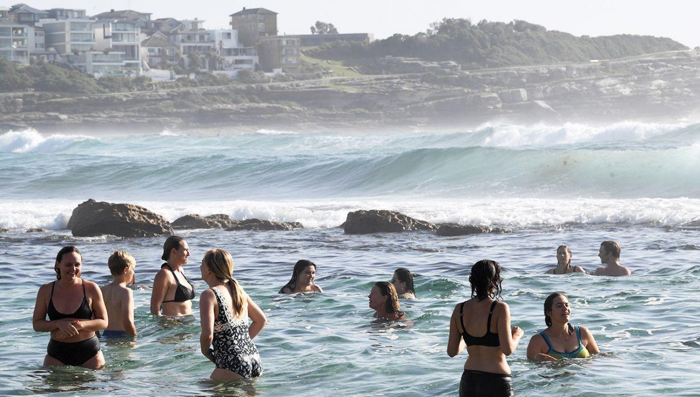Za dnia temperatura staje się zagrożeniem dla ludzi. Władze zalecają, by schładzać organizm (fot. PAP/ EPA/JOEL CARRETT)