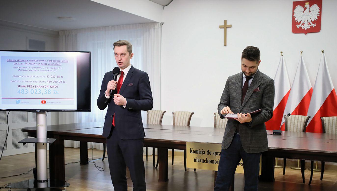 Przewodniczący komisji Patryk Jaki i wiceprzewodniczący Sebastian Kaleta podczas konferencji prasowej po niejawnym posiedzeniu komisji weryfikacyjnej w Ministerstwie Sprawiedliwości w Warszawie (fot. PAP/Leszek Szymański)