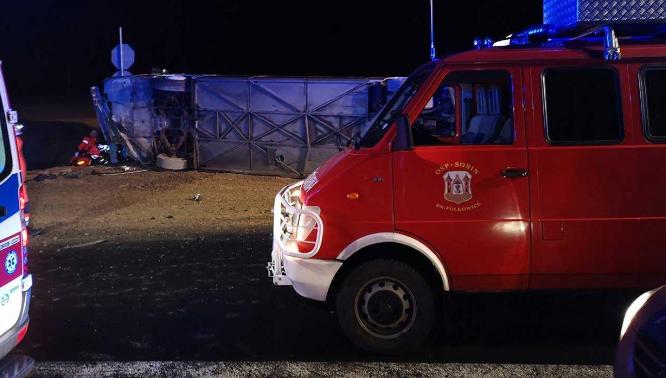 Do wypadku autokaru doszło w czwartek po godz. 21.00 w powiecie polkowickim na Dolnym Śląsku (fot. TT/Strazacki.pl)