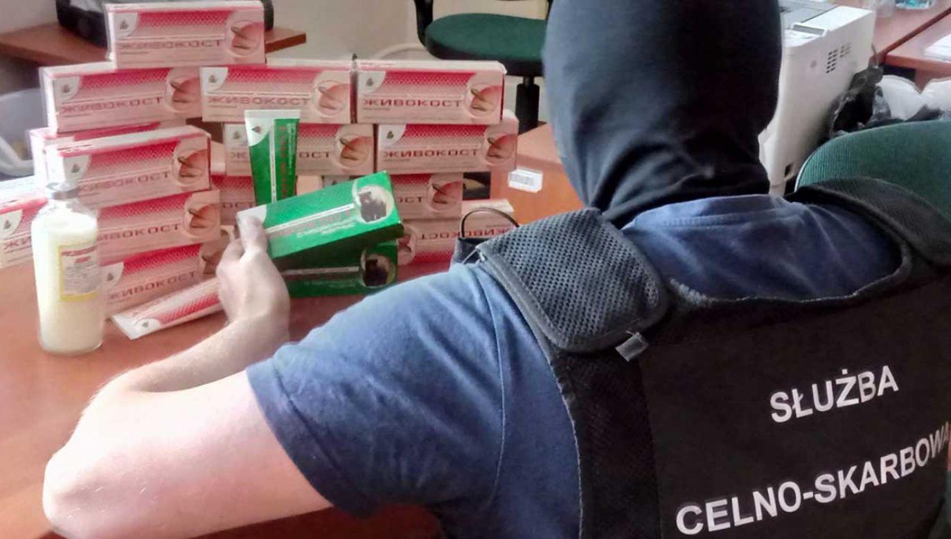 Celnicy zarekwirowali nielegalne kosmetymi zawierające ekstrakty z chronionych zwierząt (fot. kas.gov.pl)