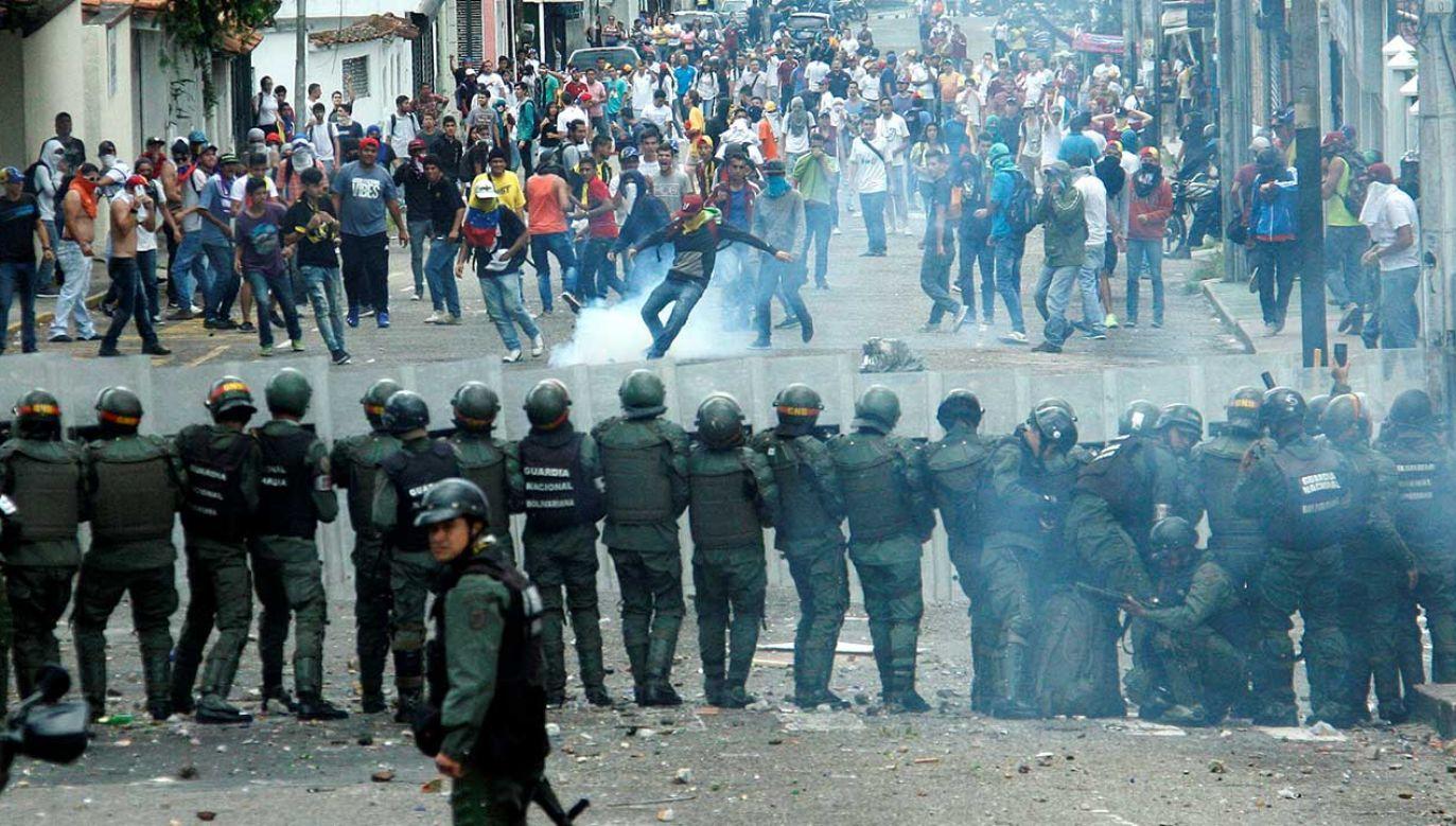 Rząd Maduro doprowadził Wenezuelę na skraj całkowitego załamania gospodarczego (fot. REUTERS/Carlos Eduardo Ramirez)