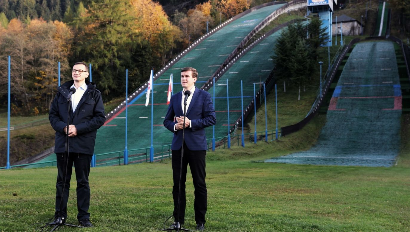 PM Mateusz Morawiecki (L) and sports minister Witold Bańka (R) in front of ski-jumping ramps in Zakopane. Photo: PAP/Grzegorz Momot