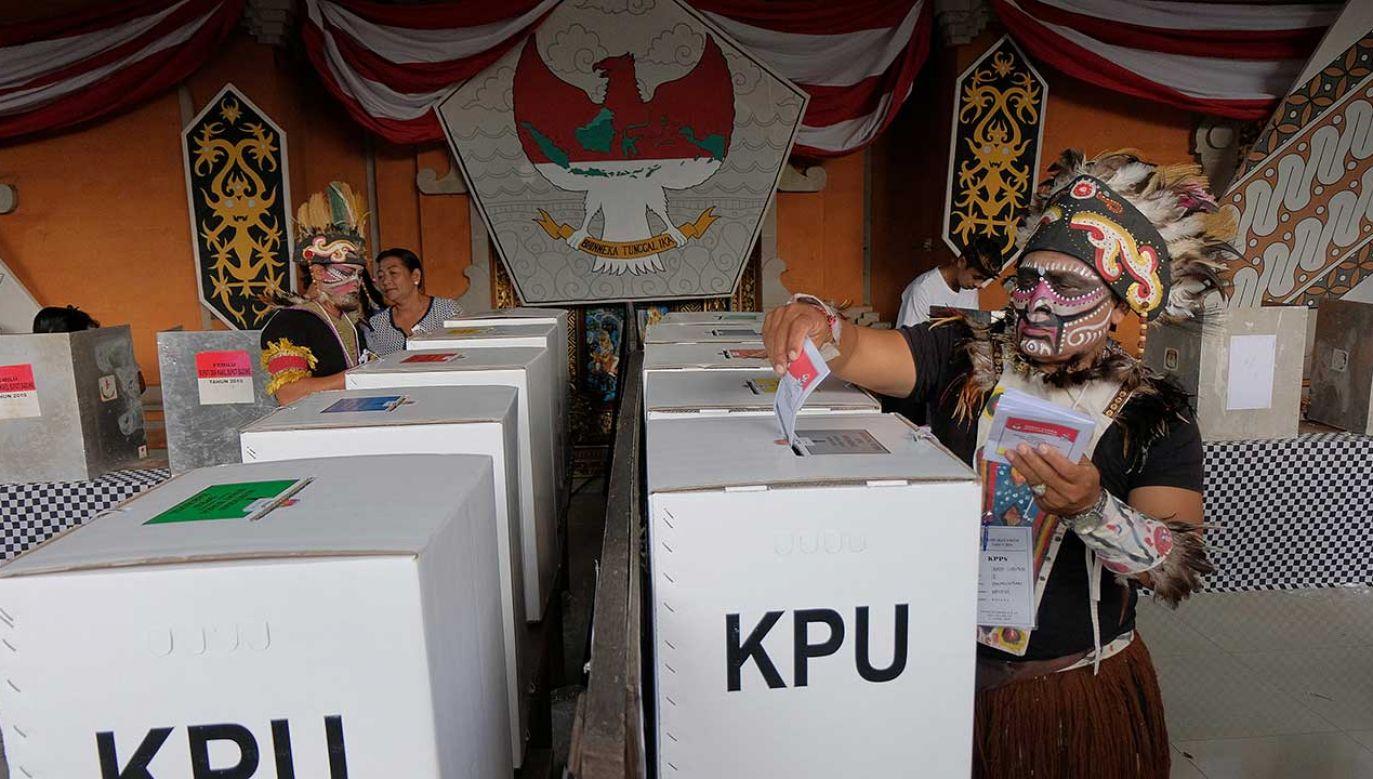 Wybory w Indonezji uznawane były za największe i najbardziej skomplikowane jednodniowe wybory na świecie (fot. REUTERS/Nyoman Hendra Wibowo)