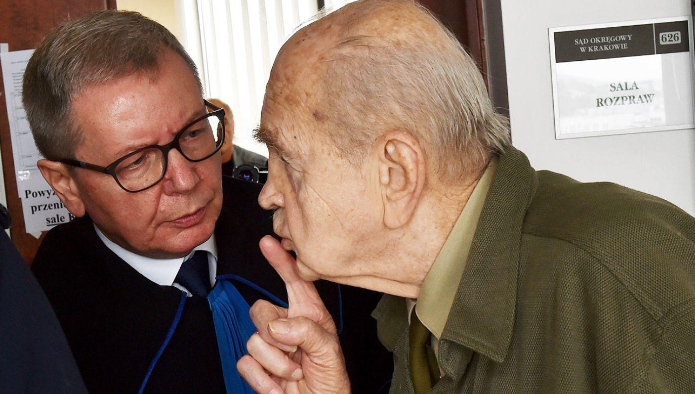 Mec. Jerzy Pasieka (L) oraz kombatant, żołnierz AK Zbigniew Radłowski (P) przed salą rozpraw (fot. arch.PAP/Jacek Bednarczyk)