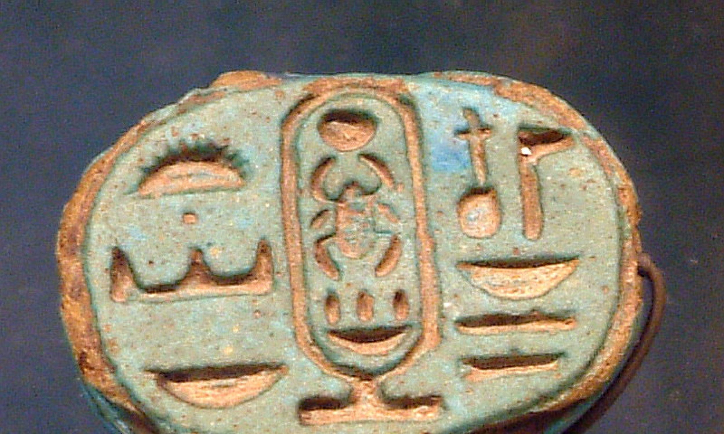Sygnet z imieniem Tutanchamona - egipskie antyki z Luwru. Fot Wikimedia/Borislav/Guillaume Blanchard, CC BY-SA 1.0