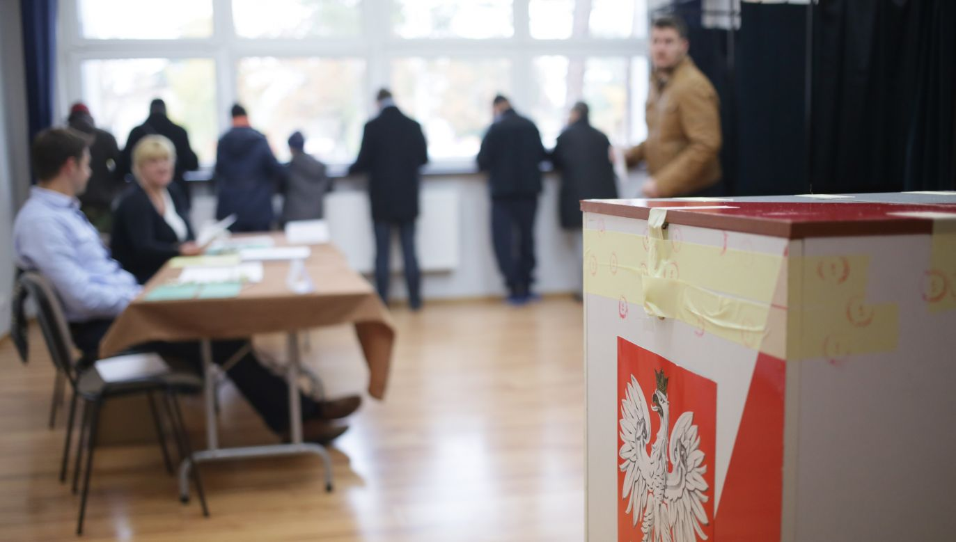 Seventy-six percent of survey respondents are in favor of changing the constitution. Photo: PAP/Leszek Szymański