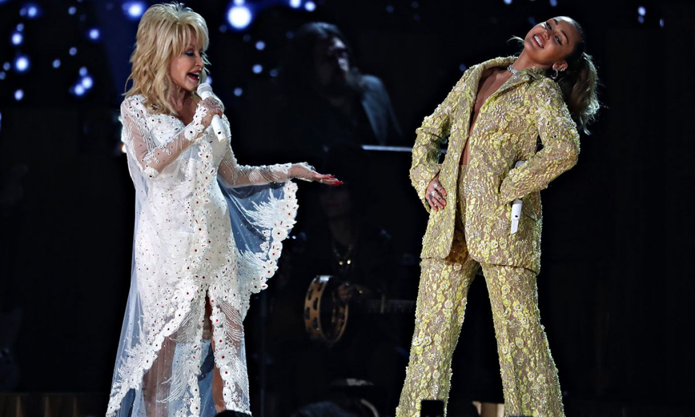 Dolly Parton i Miley Cyrus (fot. REUTERS/Mike Blake)