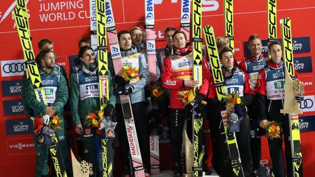 Skoczkowie na podium. Polska drużyna (C) wygrała 17 bm. konkurs Pucharu Świata w skokach narciarskich w Wiśle. Drugie miejsce zajęli Nimcy (L), a trzecie - Austriacy (P).  (fot. PAP/Grzegorz Momot)