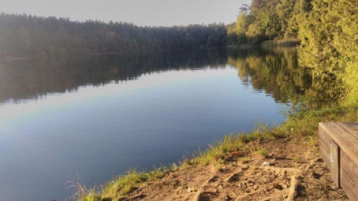 Informację o zwłokach mężczyzny przekazały policjantom dwie osoby pływające rano w jeziorze Długim