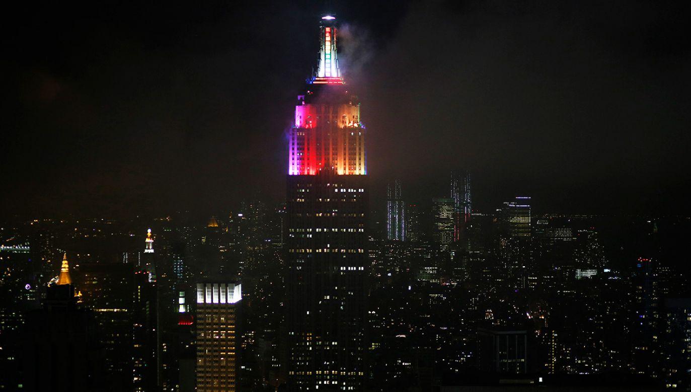 Przyjaciele podziwiali Empire State Building podświetlony w kolorach tęczy (fot. REUTERS/Chip East)