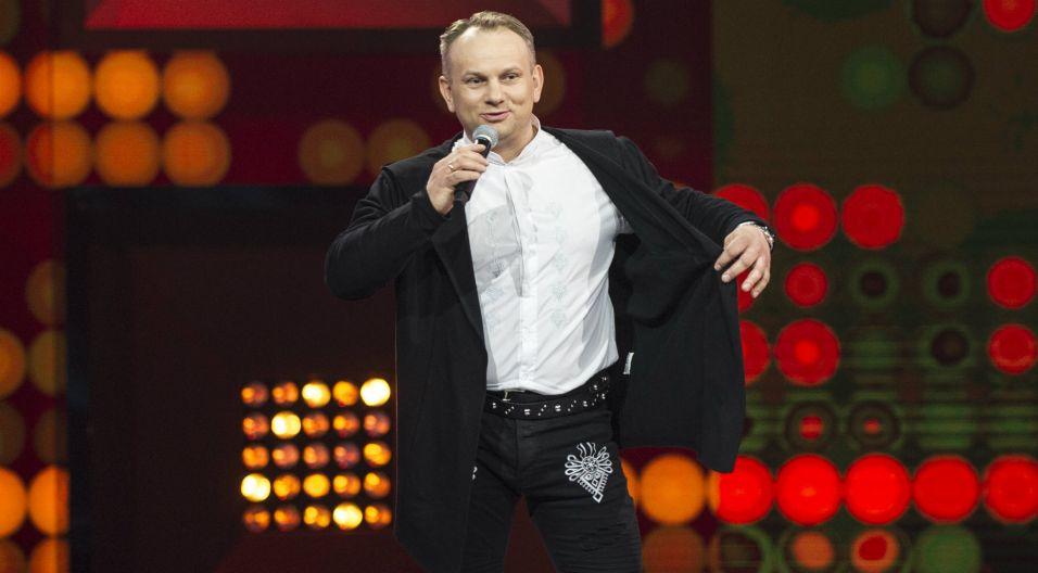 """Mówi o sobie góral niskopienny, Artur Orzech wylosował Marcinowi Szlachcie kawałek """"Pędzą konie"""" (fot. TVP)"""