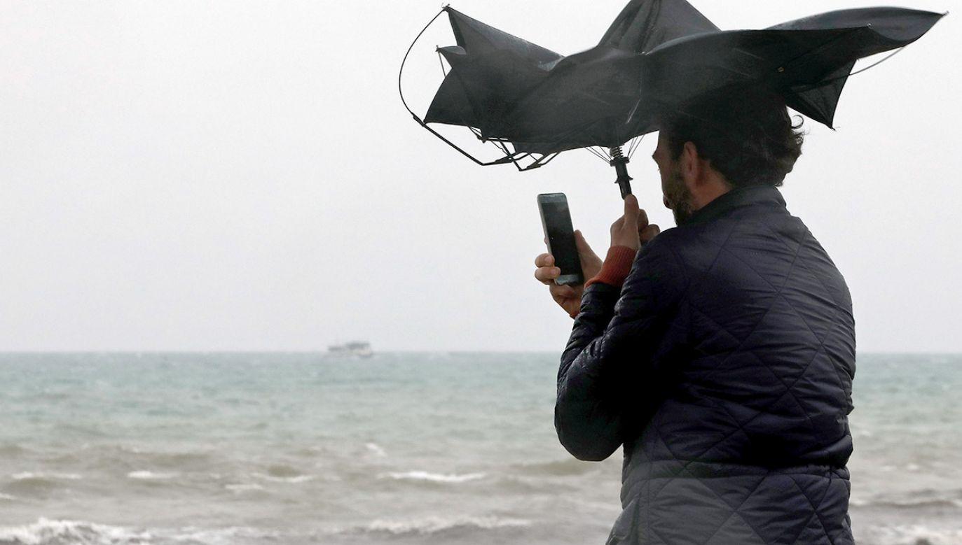 We wtorek należy spodziewać się silnego, porywistego wiatru (fot. PAP/EPA/Juan Carlos Cardenas)