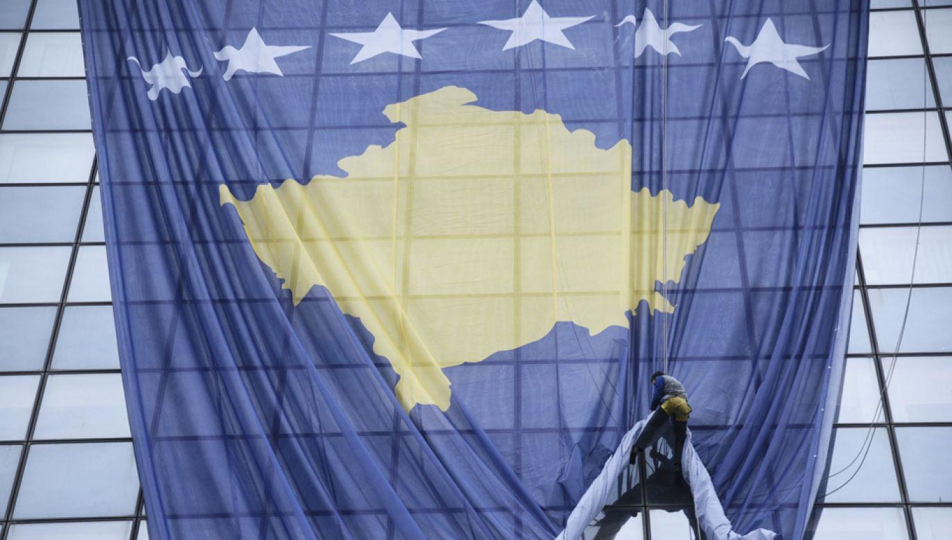 Na rządowym budynku zawisła flaga Kosowa (fot. PAP/EPA/PETRIT PRENAJ)