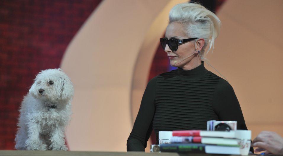 """Kora nie rozstawała się ze swoją suczką Ramoną. Występowała z nią w programach telewizyjnych, m.in. w """"To lubię!"""" (fot.TVP)"""