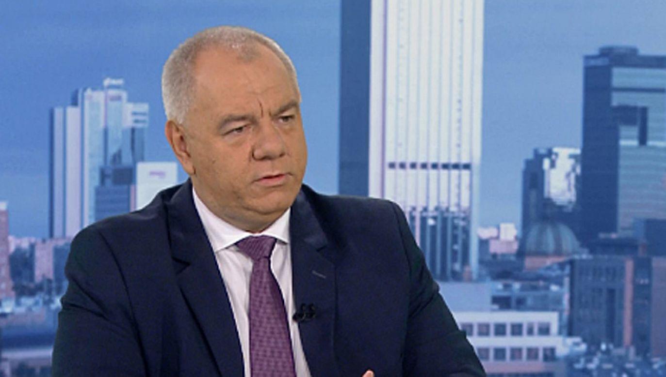 """Jacek Sasin był gościem programu """"Kwadrans polityczny"""" (fot. TVP1)."""