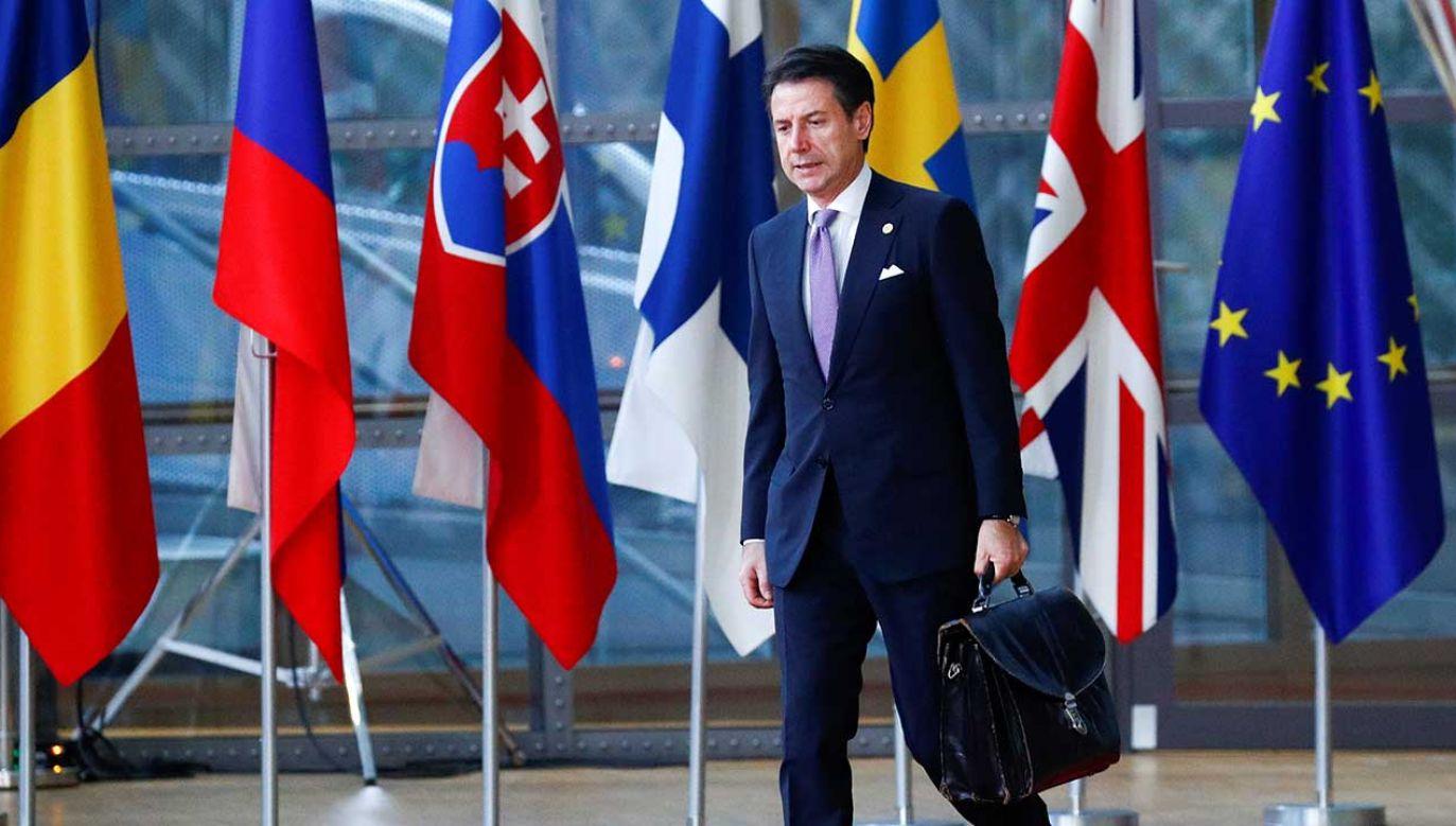 Rządząca we Włoszech koalicja opowiada się za zniesieniem sankcji w związku ze stratami, jakie w ich wyniku ponoszą włoskie firmy. Na zdjęciu premier Giuseppe Conte (fot. REUTERS/Francois Lenoir)