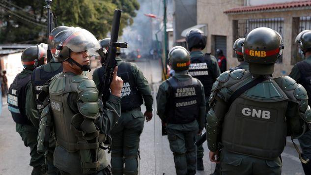 Siły policyjne i wojsko, rozmieszczone wokół koszar, użyły gazu łzawiącego wobec okolicznych mieszkańców, którzy przybiegli, by wesprzeć buntowników (fot. REUTERS/Carlos Garcia Rawlins)