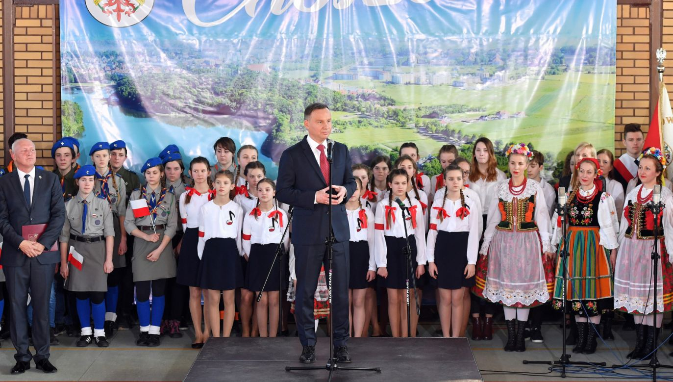 Prezydent Andrzej Duda (C) podczas spotkania z mieszkańcami Choszczna (fot. PAP/Marcin Bielecki)