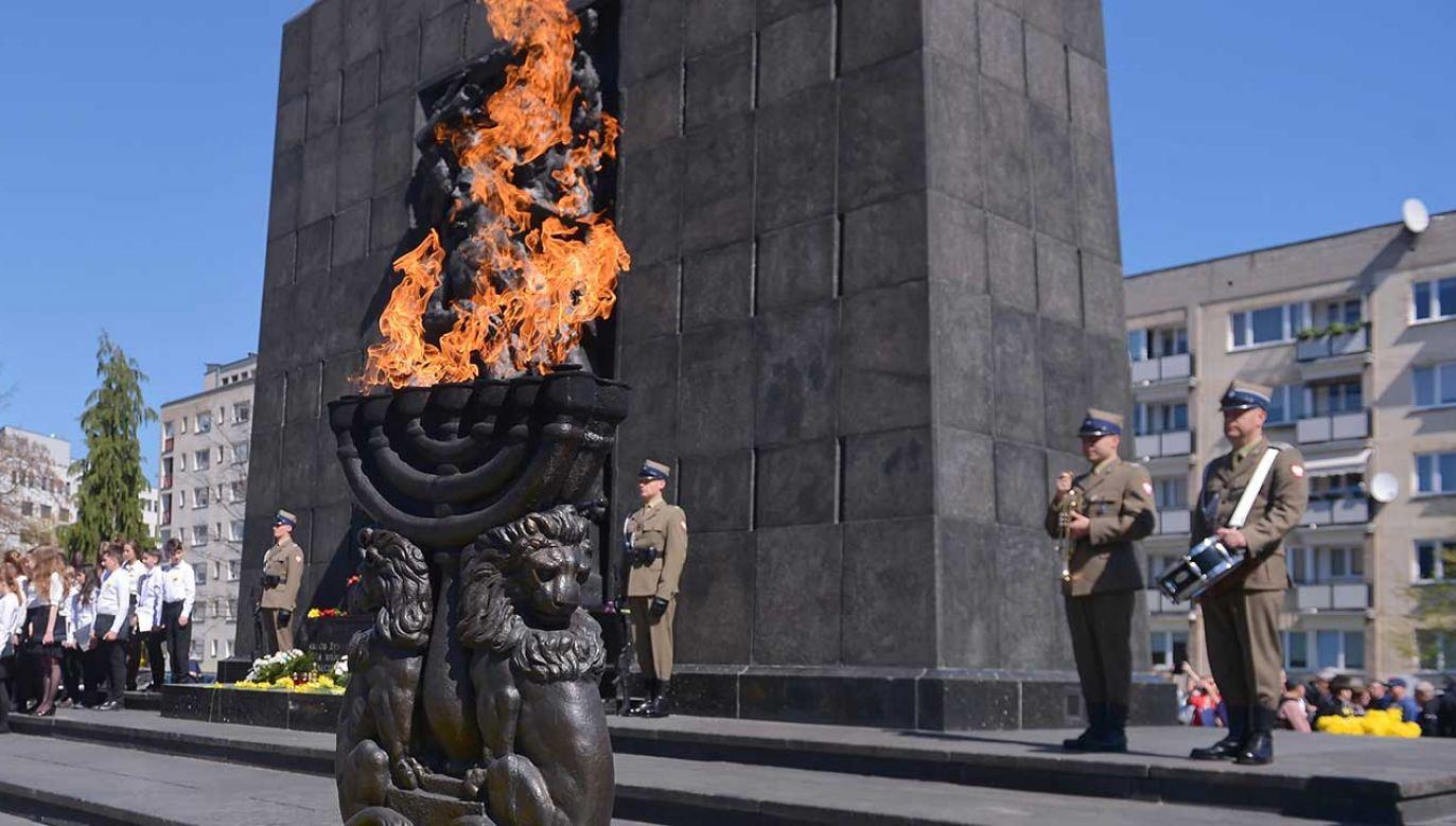 Uroczystości przed Pomnikiem Bohaterów Getta w Warszawie, upamiętniające 76. rocznicę wybuchu powstania w getcie warszawskim (fot. PAP/Marcin Obara)
