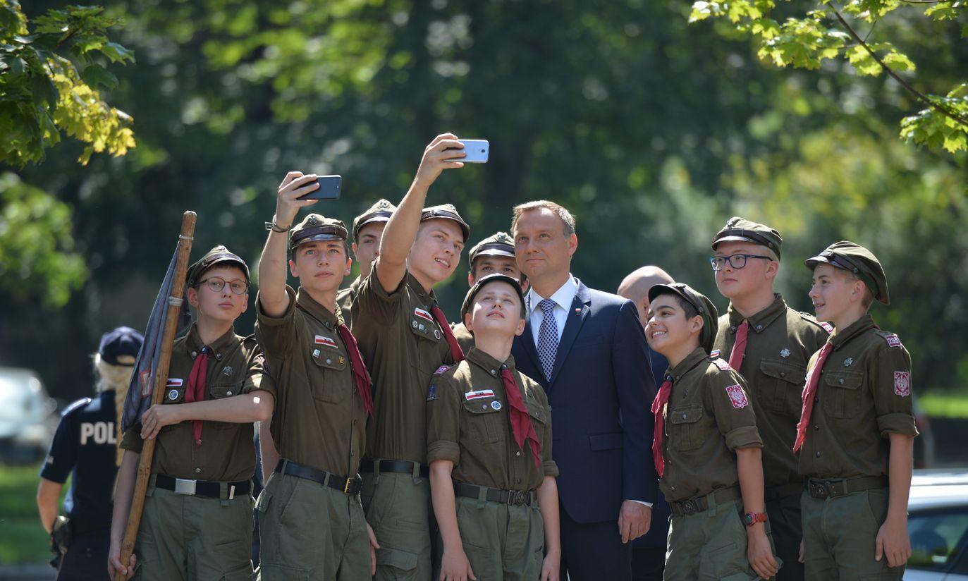 Prezydent z Harcerzami przed Pomnikiem Ofiar Rzezi Woli (fot. PAP/Jacek Turczyk)