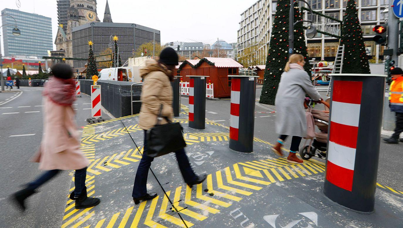 Berlińskie zapory postawione na czas jarmarku bożonarodzeniowego (fot. REUTERS/Fabrizio Bensch)