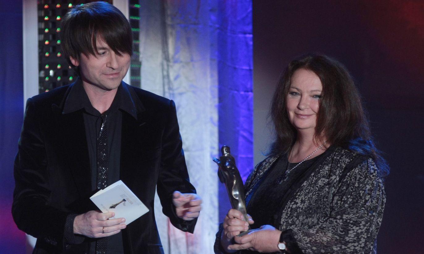 """W kategorii """"osobowość telewizyjna"""" nagrodzono Annę Dymną; nagrodę wręczył Piotr Rubik (fot. PAP/ Leszek Szymański)"""