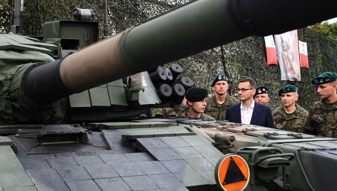 Premier Morawiecki odwiedził żołnierzy w bazie w Adazi na Łotwie (fot. PAP/Radek Pietruszka)