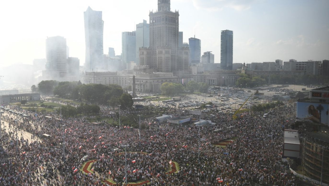 Residents of Warsaw commemorated 'W' Hour at 5 pm, which marks the beginning of the Rising. Photo: PAP/Radek Pietruszka