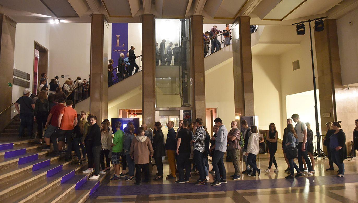 """Kolejka do obejrzenia obrazu """"Dama z gronostajem"""" w Muzeum Narodowym w Krakowie w 2017 r. (fot. arch.PAP/Jacek Bednarczyk)"""