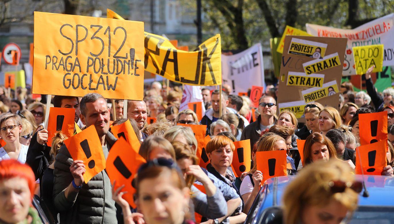 Demonstranci podczas akcji protestacyjnej pod siedzibą Ministerstwa Edukacji Narodowej (fot. PAP/Rafał Guz)
