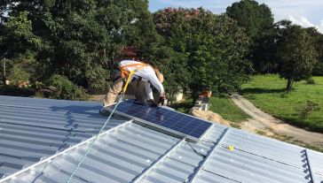 Znaczną część energii słonecznej magazynują mikroinstalacje (fot. Pixabay/lucascgouvea0)