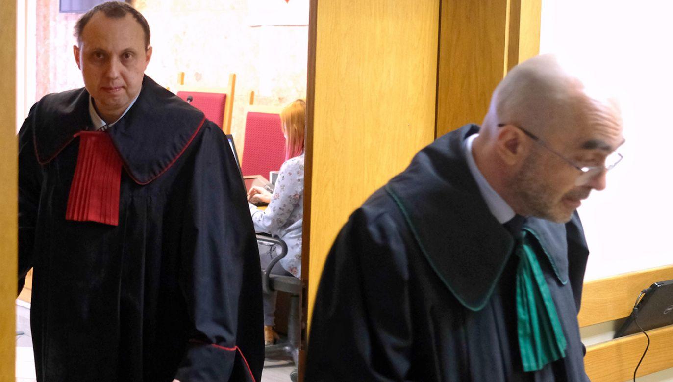 Prokurator Paweł Leks (L) i jeden z obrońców b. szefa KNF mec. Radosław Baszuk (P) wychodzą z sali rozpraw (fot. PAP/Andrzej Grygiel)