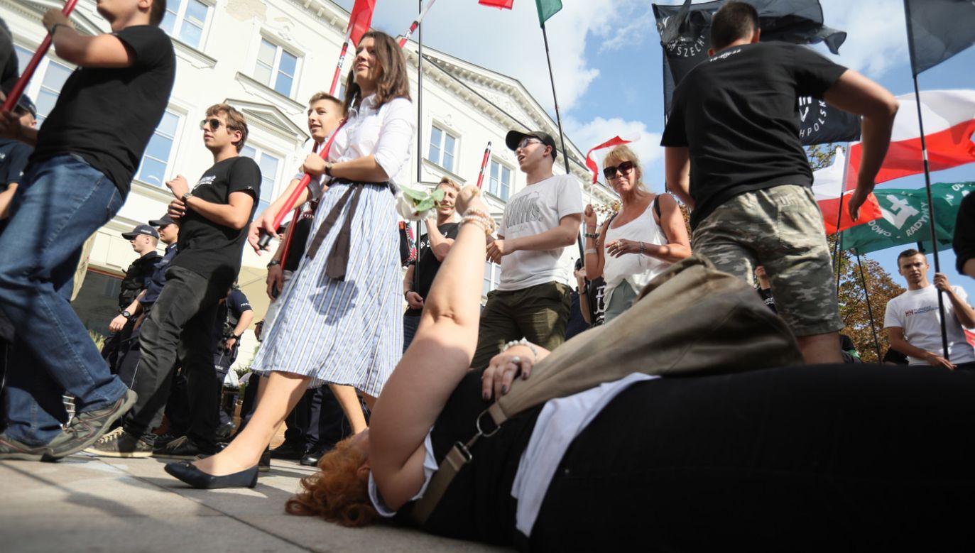 Obywatele RP zablokowali Nowy Świat. Narodowcy zmienili trasę Marszu Niepodległości  (fot. PAP/Leszek Szymański)