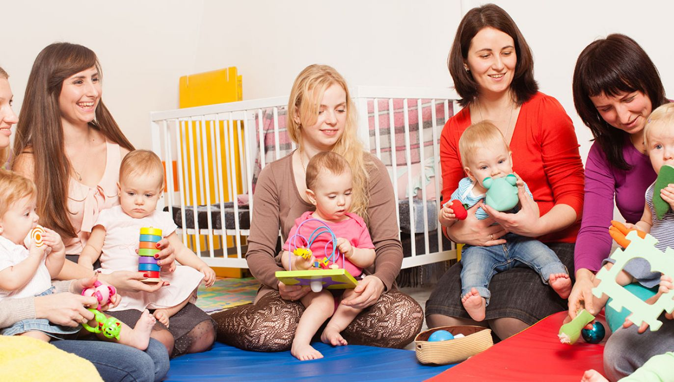 """O świadczenie w ramach programu """"Mama 4 plus"""" mogą się ubiegać matki po osiągnięciu wieku emerytalnego 60 lat (fot. Shutterstock/Oksana Shufrych)"""