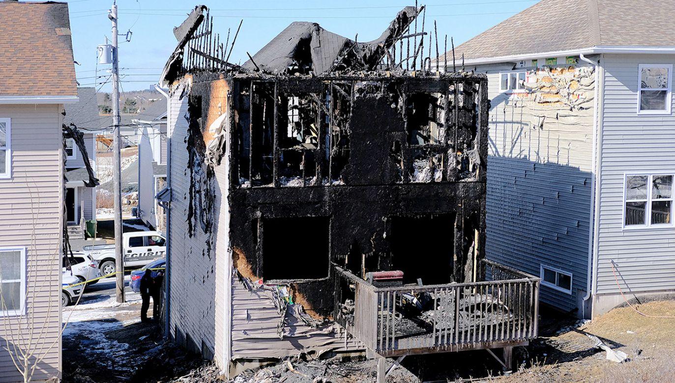 W wyniku pożaru ucierpieli również kobieta i mężczyzna, którzy zamieszkiwali dom (fot. REUTERS/Ted Pritchard)
