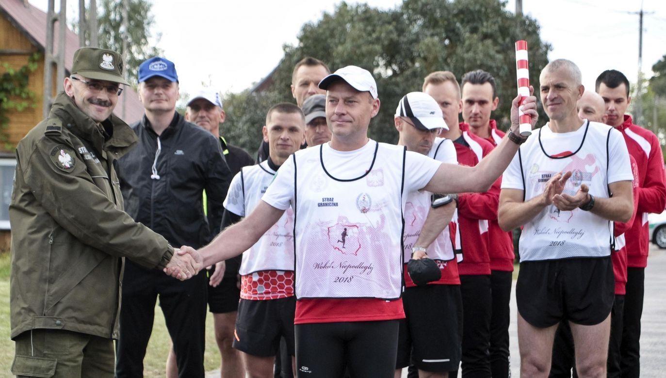 In 18 days, the participants of the relay run around 3,600 kilometers alongside Polish border. Photo: PAP/Marcin Onufryjuk