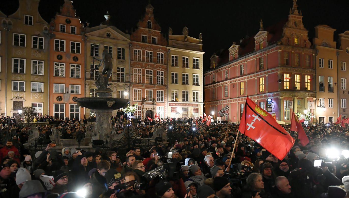 Tłumy gdańszczan oddały hołd tragicznie zmarłemu prezydentowi Pawłowi Adamowiczowi (fot.  PAP/Adam Warżawa)