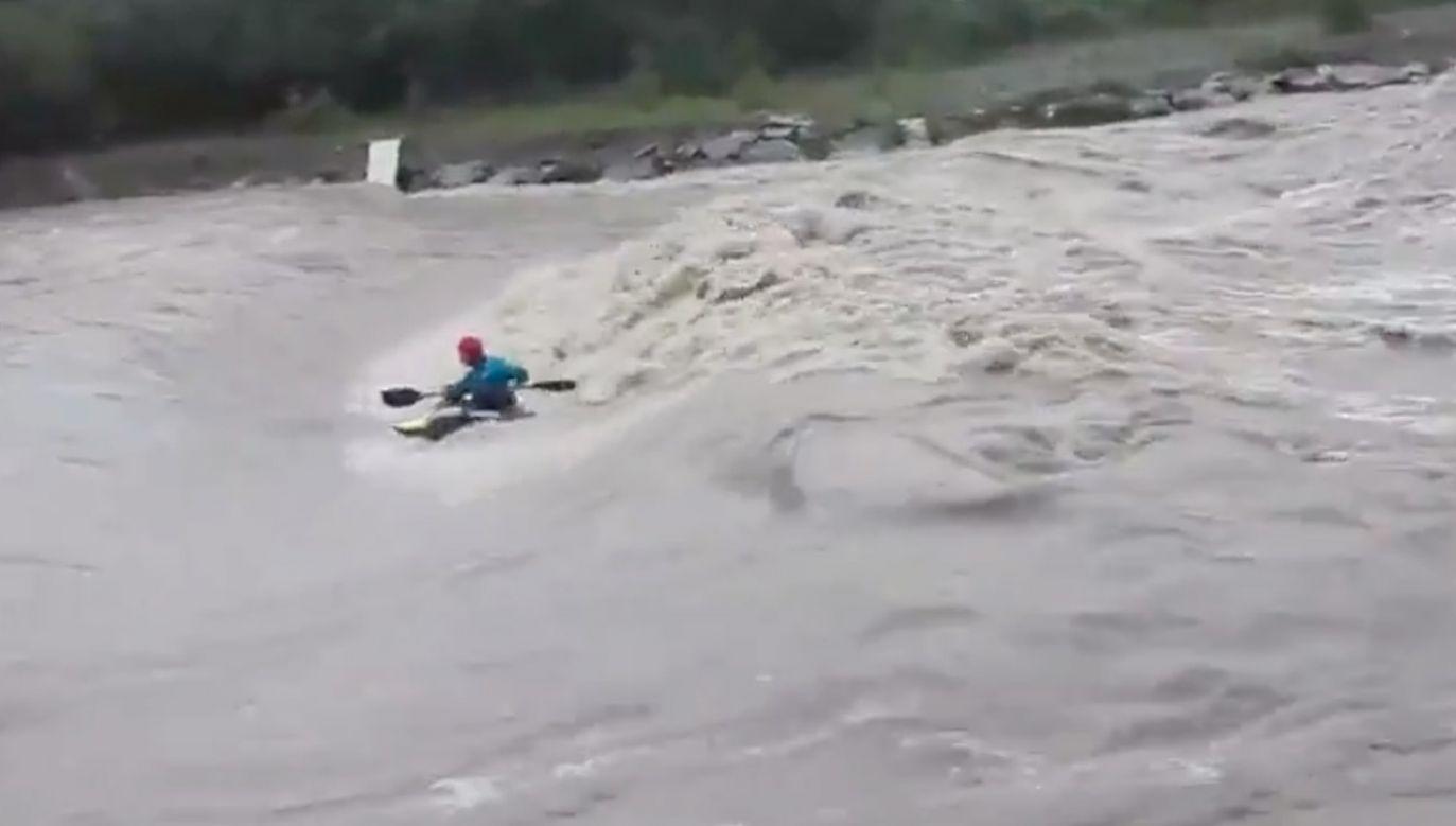 Kiedy jedni zabezpieczają swoje domostwa przed powodzią, inni biorą kajaki i trenują na rwącej rzece  (fot. tt/@RadioKrakow)