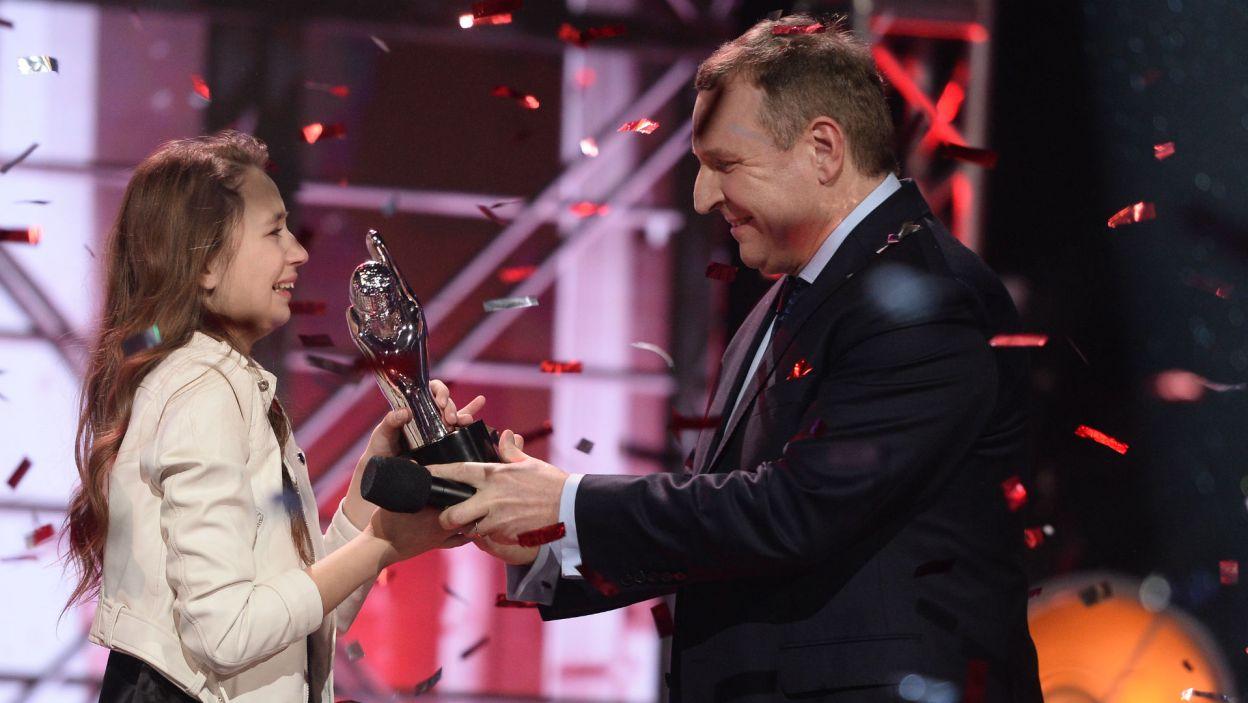 Statuetka dla Ani! Nagrodę wręczył prezes TVP, Jacek Kurski (fot. J. Bogacz/TVP)