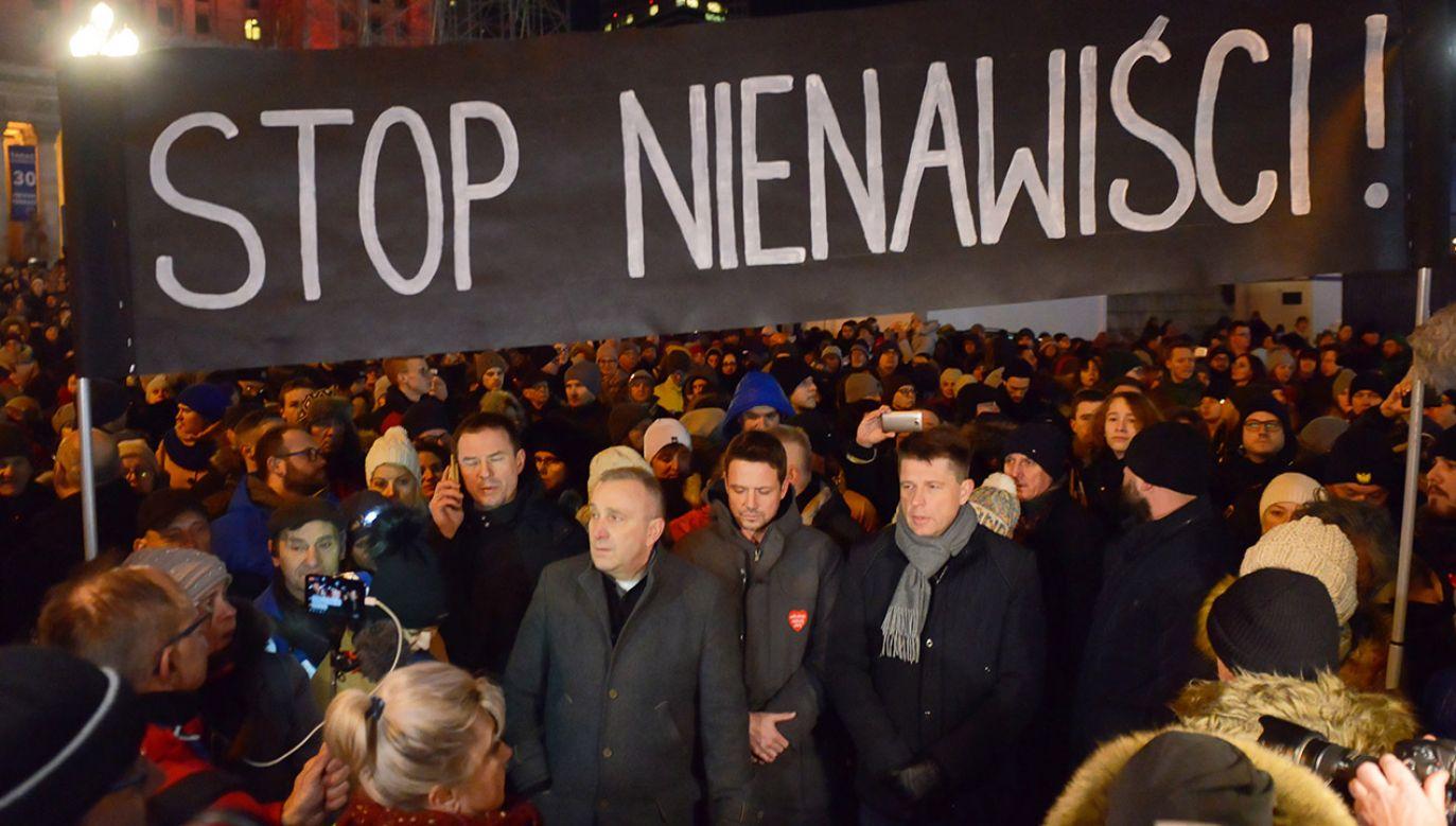 Politycy opozycji na milczącym proteście przeciwko przemocy (fot. PAP/Jakub Kamiński)