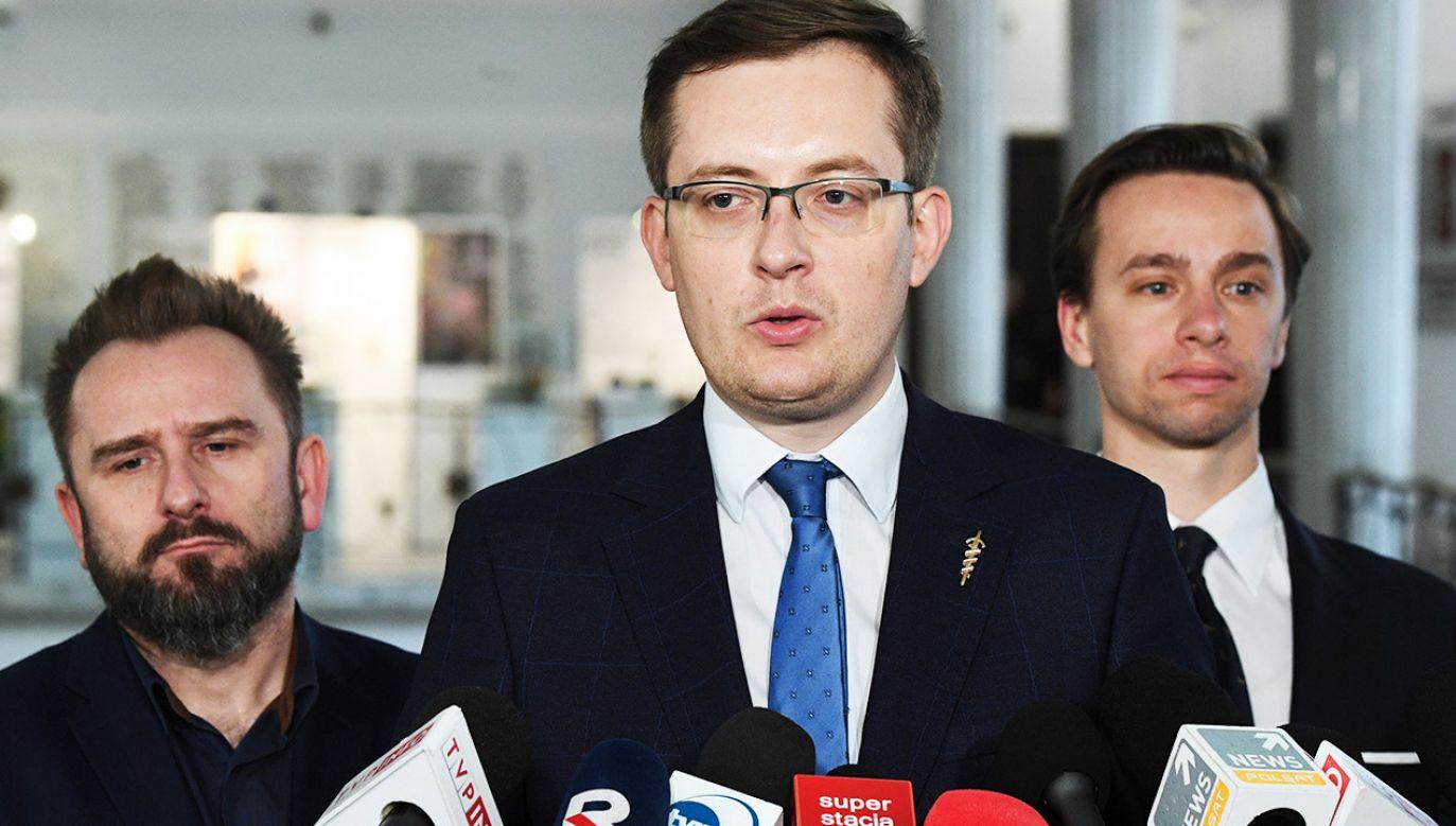 Robert Winnicki stwierdził, że ruch Pawła Kukiza zajął się problemem żydowskich roszczeń dopiero w kampanii wyborczej (fot. PAP/Radek Pietruszka)